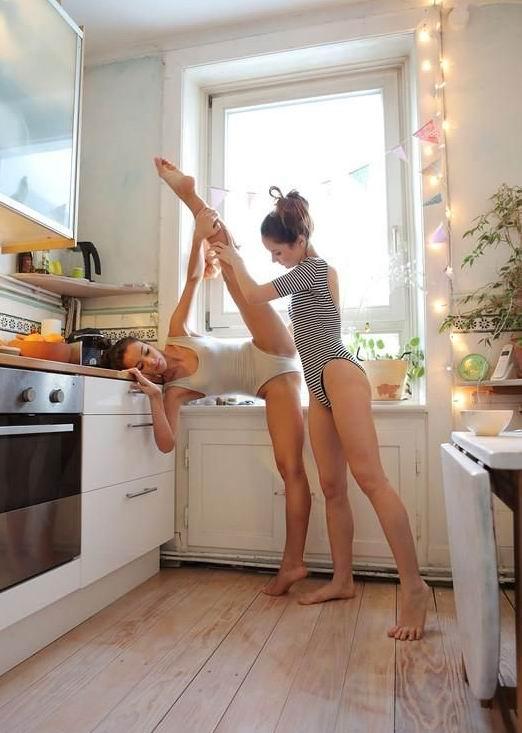 Голые молодые девушки танцуют