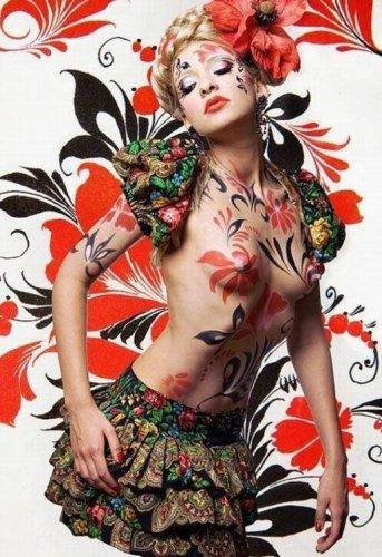 Великолепный боди-арт на обнаженном женском теле.